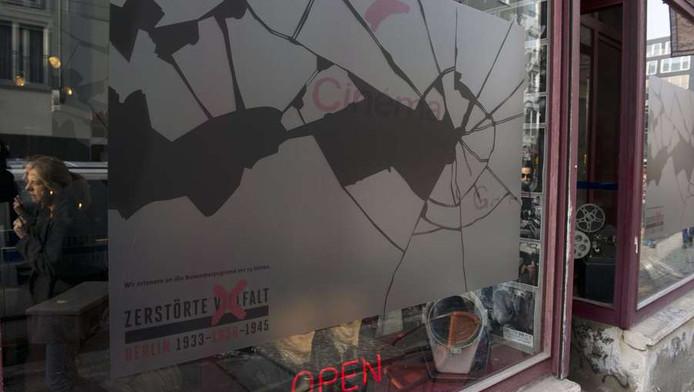 Een café in Berlijn met een sticker op de ruit die gebroken glas voorstelt.