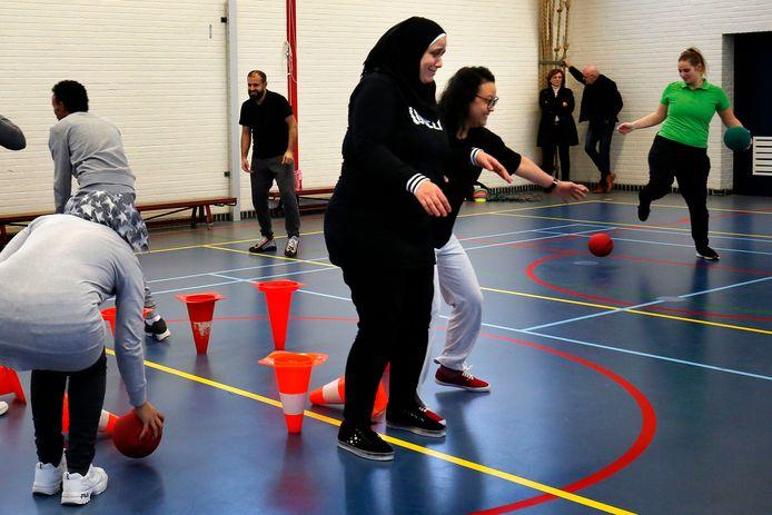 Naast lessen Nederlands staan er ook andere onderwerpen op het programma op de leslocatie van VluchtelingenWerk in Gorinchem. Zo worden er sportlessen aangeboden op woensdagmiddagen.