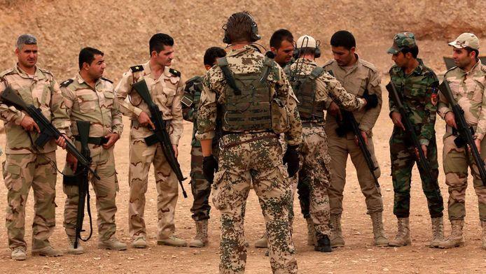 Ook Duitse militairen geven de peshmerga's les, zoals hier begin oktober.
