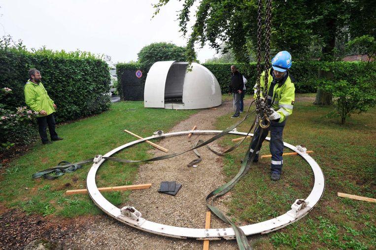 De 800 kilogram zware telescoopkoepel wordt voorzichtig opgetild en over het dak geleid om vervolgens veilig op de begane grond te worden gezet.