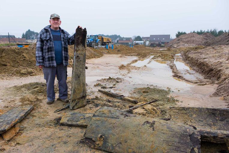 Voormalig terreineigenaar Jef Van der Auwera met een naar schatting duizend jaar oude restant van de waterput die de nederzetting van drinkwater moest voorzien.