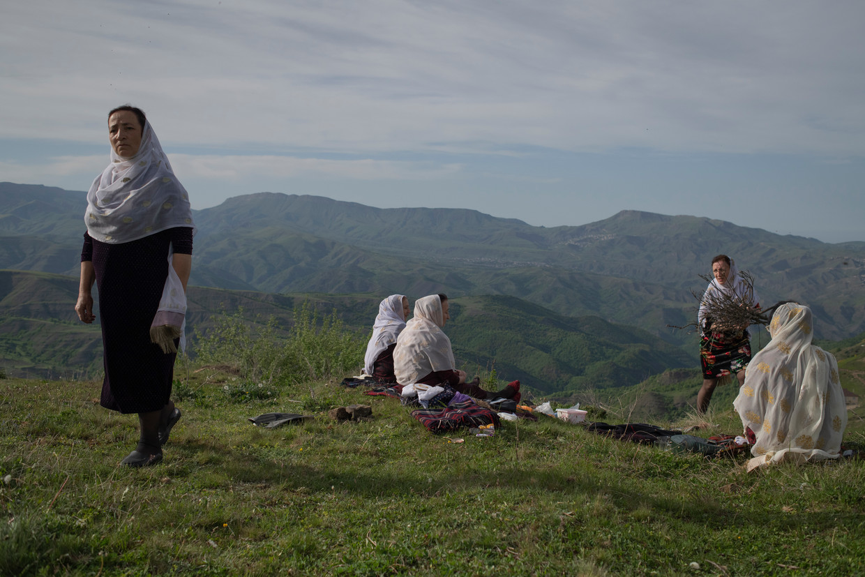 Deze streek in Dagestan is beroemd om grote zomerbruiloften. Maar deze zussen, die bruidshoofddoeken. Beeld Yuri Kozyrev / Noor