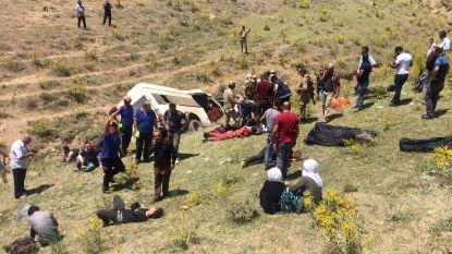 Volgepropte bus met migranten probeert te ontsnappen aan politie en crasht: zeventien doden