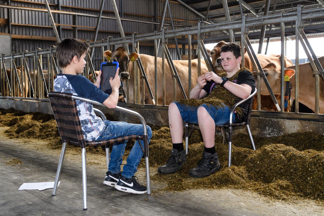Leerlingen van Carmel College Denekamp krijgen buiten les op boerderij de IJskuip.