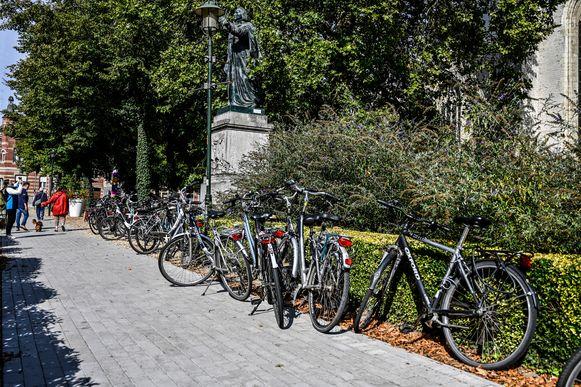 """Van het kerkplein een """"park"""" maken, kan mogelijk het probleem oplossen. Dan mogen er geen fietsen meer staan."""