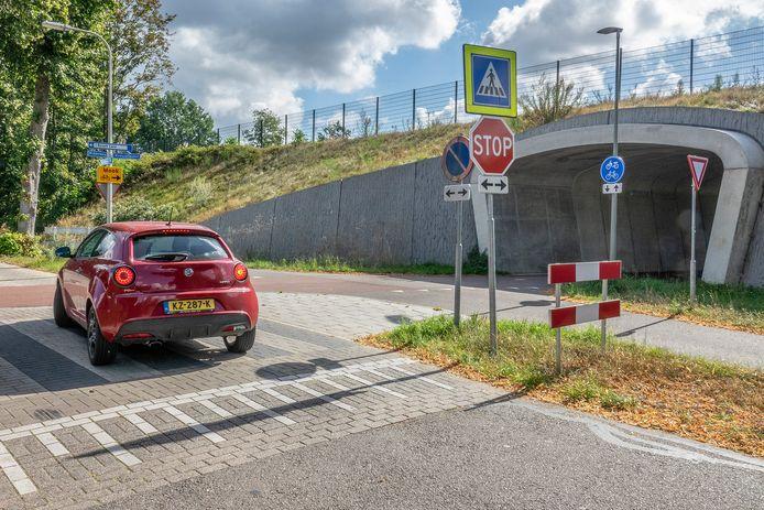 Een auto op de Lindenlaan in Molenhoek nadert de kruising Middelweg en Maasvalleipad. De tunnel in?
