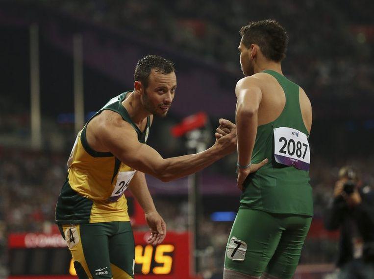 Pistorius (links) feliciteert Oliveira na afloop. Beeld reuters