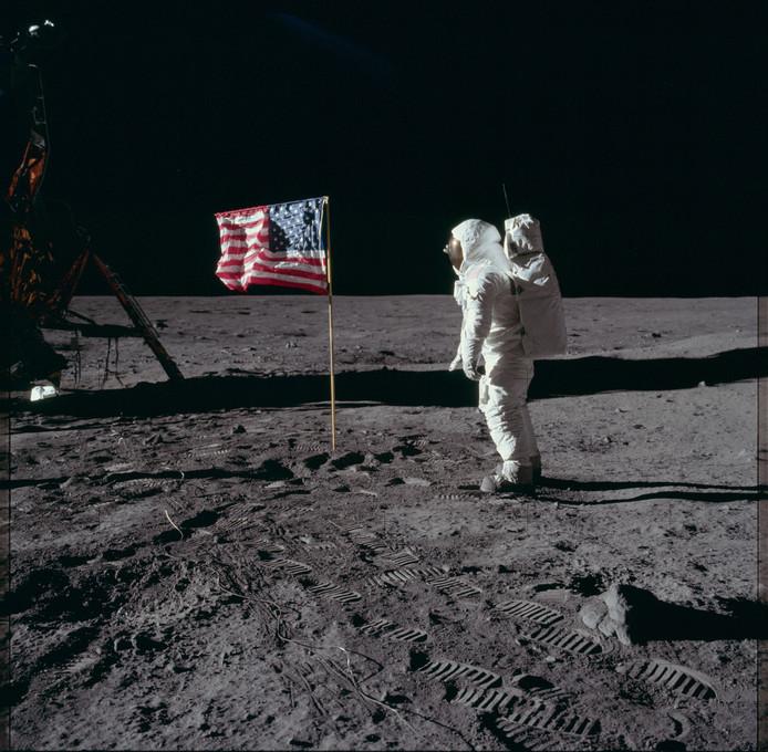 Edwin 'Buzz' Aldrin brengt salueert op de maan voor de vlag van de Verenigde Staten tijdens de Apollo 11-missie.