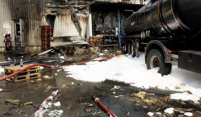 Brandweerlieden aan het werk bij een brand in een chemiebedrijf