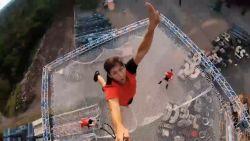 Hoogtevrees? Dan kijk je best niet naar deze waanzinnige trampoline