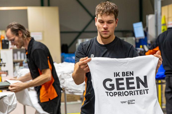 Medewerkers van Drukwerkdeal.nl in Deventer zijn dag en nacht in touw om de Lubachshirts op tijd af te krijgen voor de grote onderwijsstaking.