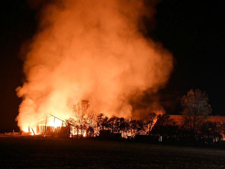 Grote brand legt loods bij Serooskerke (S) in de as