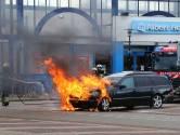 Auto vliegt al rijdend in brand in Oss, oorzaak onbekend