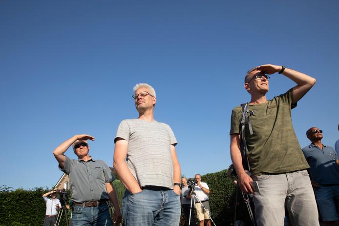Belangstellenden volgden woensdag aandachtig de testvlucht van de Boeing over de Veluwe.