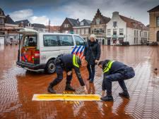 Op deze manier attendeert de politie mensen in Kop van Overijssel op de afstandsregel: 'We zien dat het nog niet overal gebeurt'
