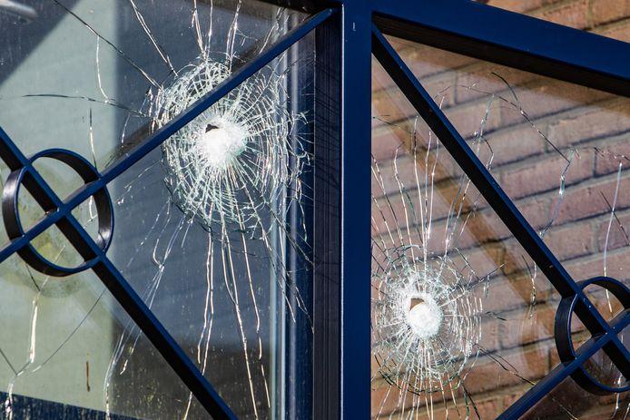Een huisuitzetting aan de Vegerinkskamp in Bathmen escaleerde zo ernstig dat een arrestatieteam moest ingrijpen. Aan de voorzijde van de woning waren later de kogelgaten nog duidelijk te zien in het balkon. De politie beschoot de doorgedraaide bewoner met bean bags: stopkogels.