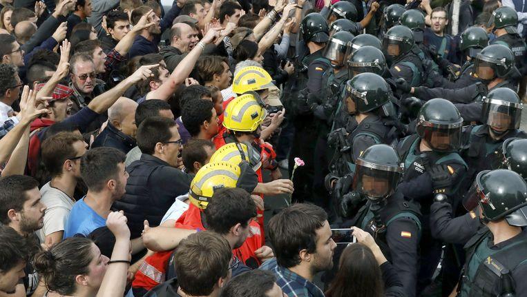 De Catalaanse brandweermannen vormen een levend schild tussen de Guardia Civil en iedereen die vandaag zijn stem wil uitbrengen in het referendum.