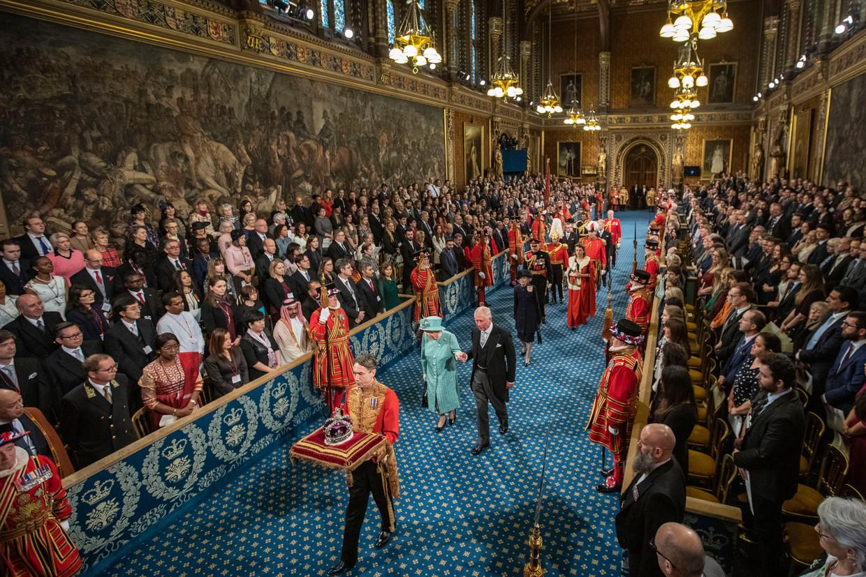 Koningin Elizabeth en kroonprins Charles in de Royal Gallery donderdag, voor haar tweede Queen's Speech in twee maanden tijd.  Beeld Getty Images
