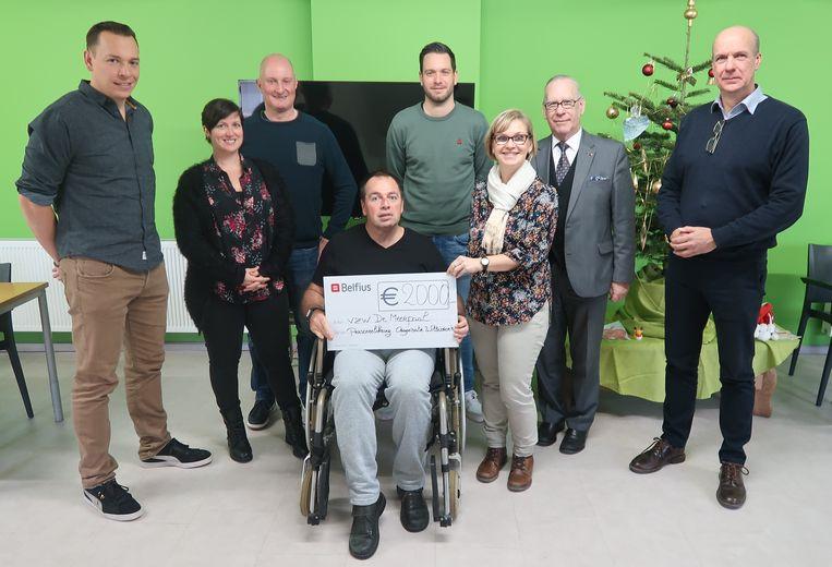 Een delegatie van de Personeelskring overhandigt de cheque van 2.000 euro aan algemeen directeur Rudi Van den Bossche en gedelegeerd bestuurder Raymond De Smedt.