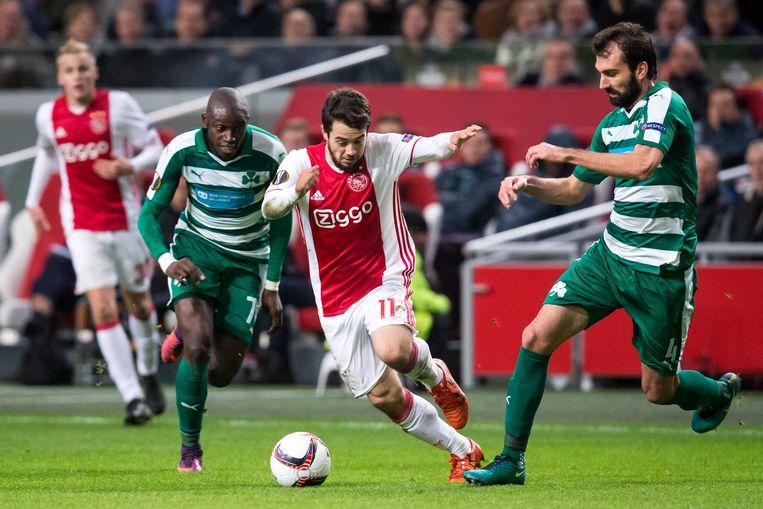 Ousmane Coulibaly (links) in een Europa League-duel tegen Ajax.