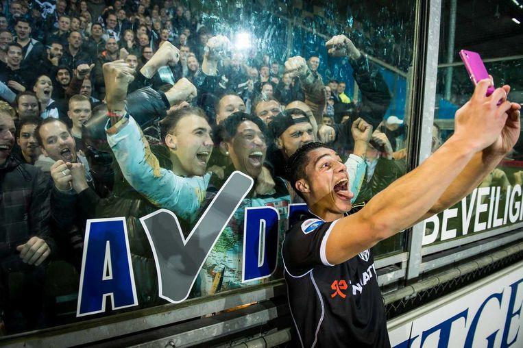 Heraclesspeler Joey Pelupessy maakt een selfie met de supporters. Beeld anp