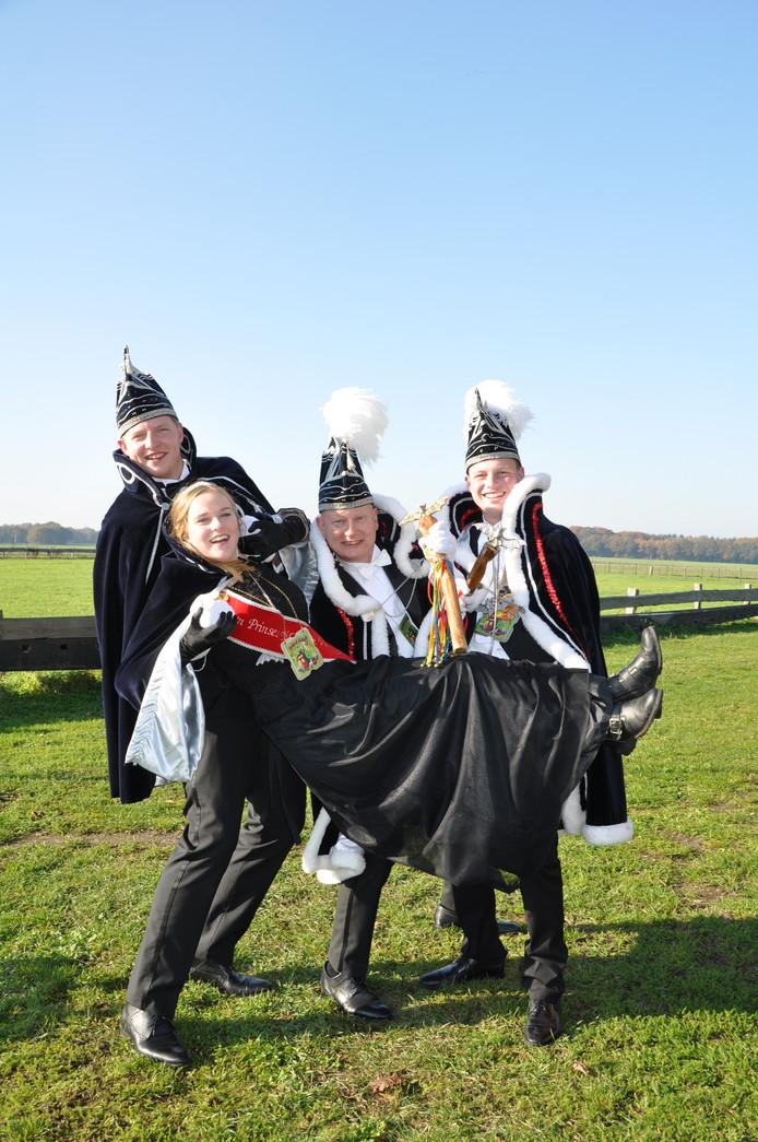 Jongerenprinses Anne Olminkhof wordt op handen gedragen door adjudant Twan Stroet, prins Jos Knoop en jongerenprins Bas ten Hoopen.
