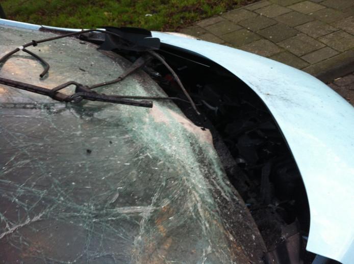 De auto raakte zwaar beschadigd door de vuurwerkbom.