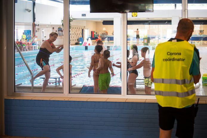 Zwembad Groenendaal voor het eerst sinds uitbraak coronavirus weer open voor zwemles kinderen.