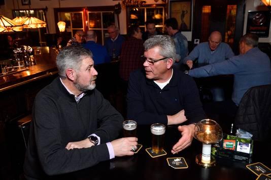 Oorlogsveteranen Thom van de Riet (links) en Jan de van der Schueren praten bij in 't Draeckje. ,,Het gaat hier over van alles.''