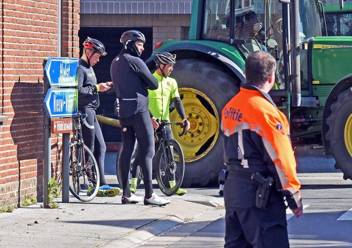 Drie Belgische wielertoeristen die afgelopen week op de bon werden geslingerd door de Belgische politie op de grens van Nieuw Namen en Kieldrecht; 250 euro per persoon.