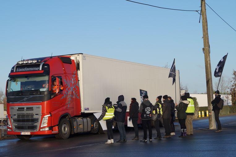Dierenrechtenactivisten van Animal Rights en All For Animals hielden een vreedzame actie aan de poorten van Westvlees