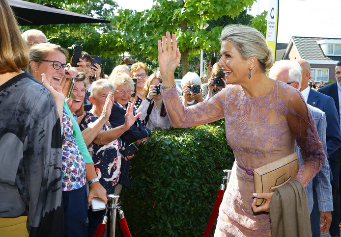 Koningin Máxima komt aan in Giessenburg.