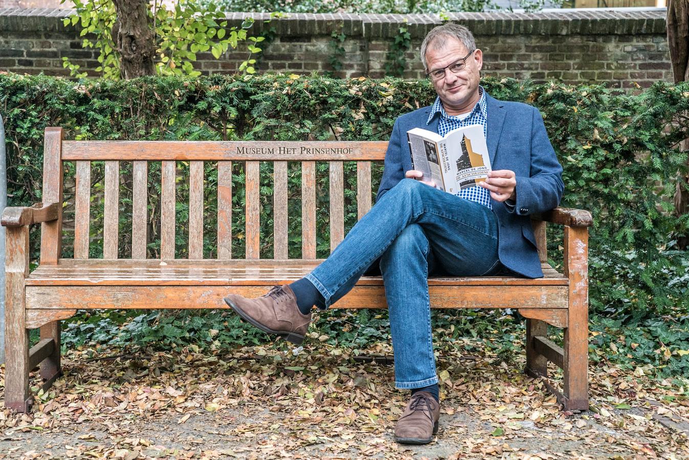 Schrijver Marcel de Jong in een Delfts park. ,,De stad blijft mij inspireren.''