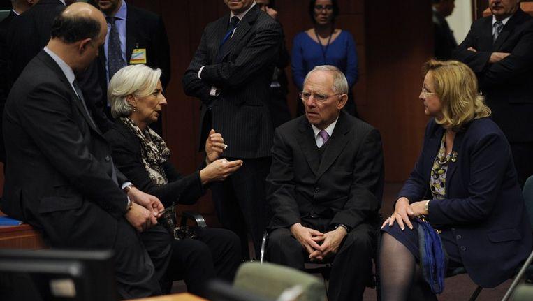 Een onderonsje, zondag in Brussel, tussen de Franse minister van Financiën Pierre Moscovici, IMF-baas Christine Lagarde, de Duitse minister van Financiën Wolfgang Schäuble en diens Oostenrijkse collega Maria Fekter (van links af). Beeld afp