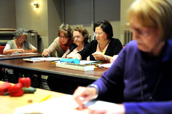 Opperste concentratie tijdens de workshop tekenen. foto Edmund Messerschmidt/het fotoburo