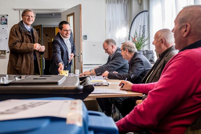 Burgemeester Steven Adriaansen van de gemeente Woensdrecht komt paaseitjes brengen op het stembureau in basisschool De Stappen in Hoogerheide, de eerste van elf haltes.