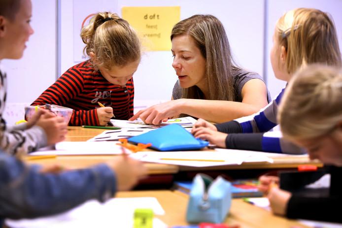 Op OBS de Leest staan vandaag ouders voor de klas vanwege de lerarenstaking. Waaronder 'moeder van Fleur' Linda Hontelé in groep vier. Ze helpt Fenna (7) met haar opdracht.