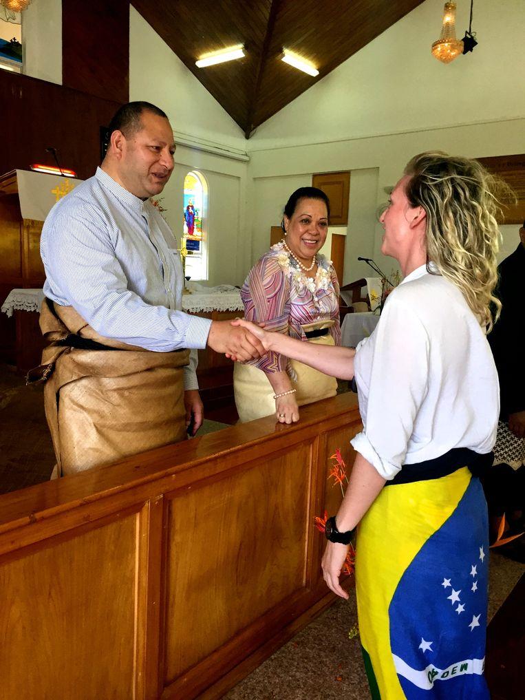 Iris Hannema ontmoet de koning en koningin van Tonga. Beeld