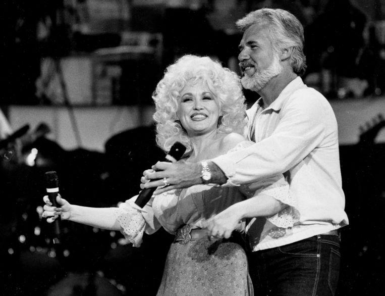 Kenny Rogers werkte gedurende zijn leven veelvuldig samen met andere countrysterren, zoals hier met Dolly Parton, in 1983.  Beeld AP