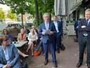 Jan Markink met het nieuwe coalitieakkoord in zijn handen.