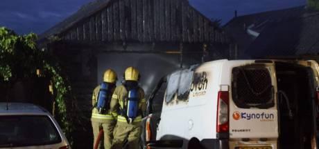 Autobrand springt over op schuur in Winterswijk