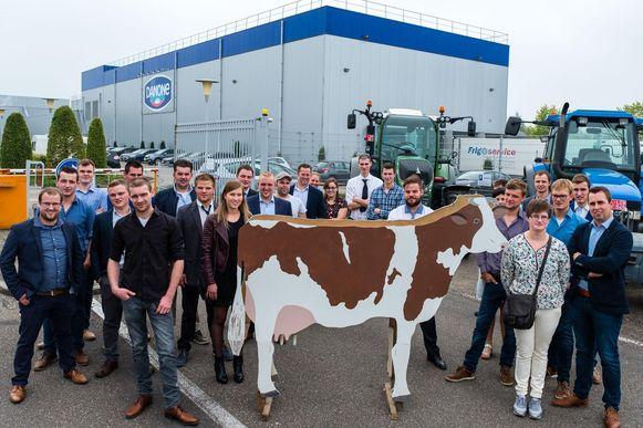 Een 30-tal jonge melkveehouders ging met tractoren én koe bij Danone in Rotselaar hun bezorgdheid uiten.