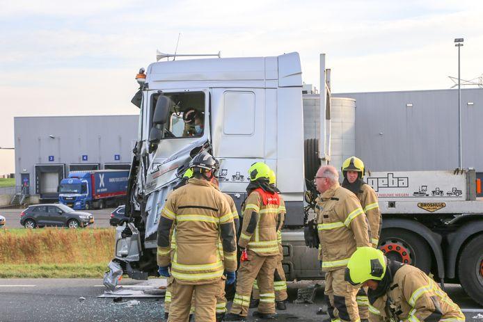 Twee vrachtwagens zijn woensdagochtend op elkaar gebotst op de Wieldrechtse Zeedijk in Dordrecht.