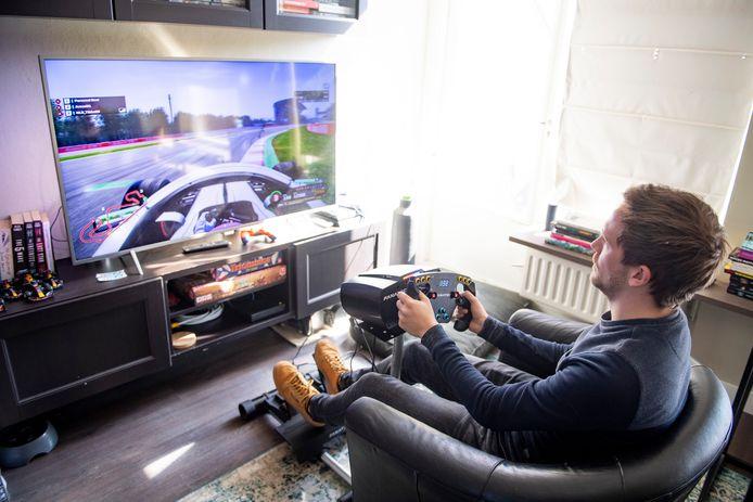 De Nijverdaller Robin Tibbe is de oprichter van de digitale race-community Non Label Racing, die steeds meer leden krijgt nu mensen vanwege het coronavirus veel meer thuis moeten blijven.
