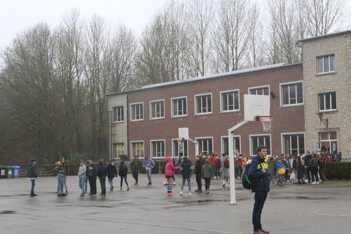 Vlaamse en Franstalige leerlingen samen op de speelplaats van het Sint-Janscollege