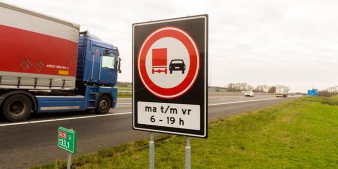 Het nieuwe bord: verboden in te halen voor vrachtwagens van maandag tot en met vrijdag tussen 06.00 en 19.00 uur.