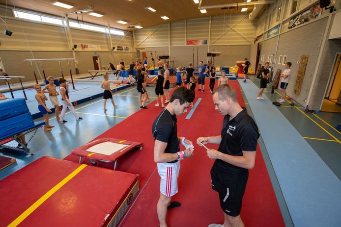 Voor topsport is de turnhal in Kampen niet meer ideaal. Voluit trainen zit er niet altijd in door drukte in de zaal. Michael Hollander (rechts) traint de jongens in de eerste en eredivisie bij RKDOS. Een van hen is Sander Kalter (links).