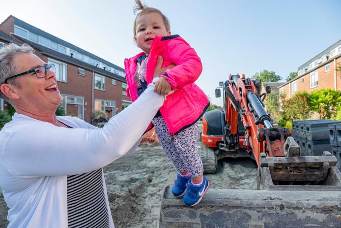 Anita Flikweert met haar kleindochter Eden van anderhalf jaar oud.