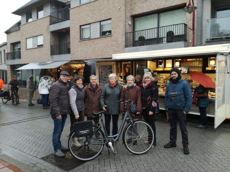 Schepen van Lokale Economie Bruno Dhaenens, winnaars Norbert Coryn en Godelieve De Wolf en enkele marktkramers.