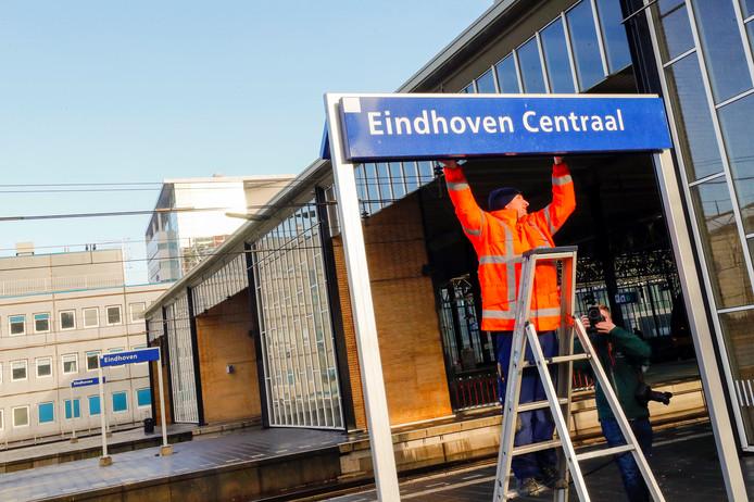 Eindhoven ophangen van naambordjes Eindhoven centraal op spoor1